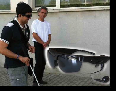 Dos personas paseando, una de ellas usando las gafas de realidad virtual aumentada